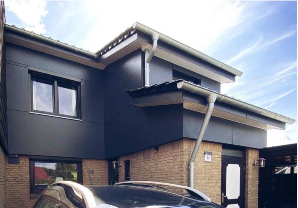 Für die Bauherren dieser Immobilie wurde eine belüftete Vorhang-Fassade mit HPL Fassadentafeln realisiert.